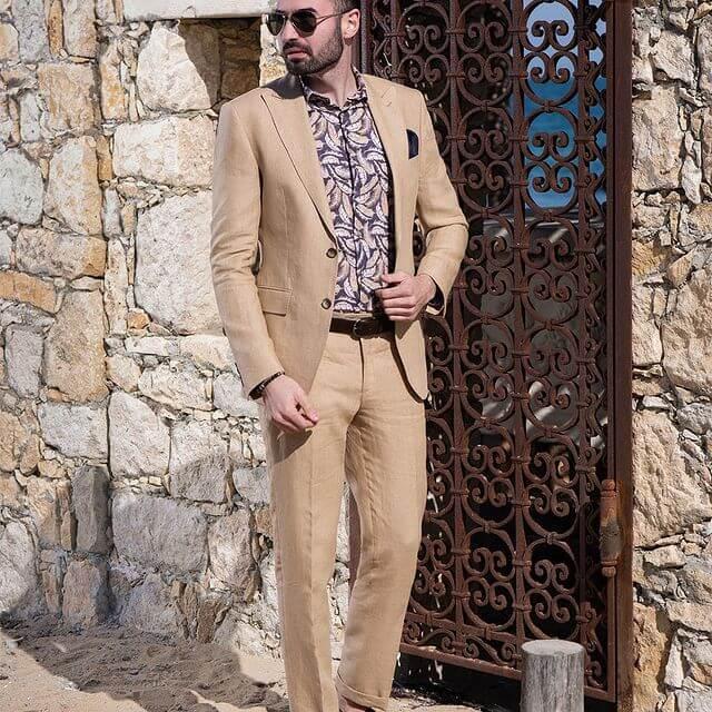 Мъж с облекло на Кардучи